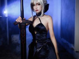 黑saber小姐姐的Cosplay 性感黑丝袜还有手中的大宝剑